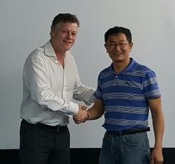 Shenzhen Sinuo General Manager, Mr Chen with Mr Stephen Hunt